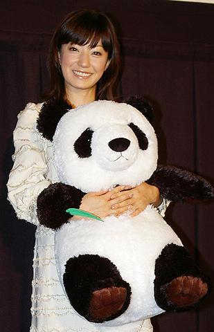 菅野美穂、オヤジっぽいパンダに親近感。「パンダフルライフ」初日