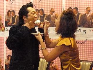 ジョージ&美佳、結婚10年目のケーキカットに感激!「あぁ、結婚生活」