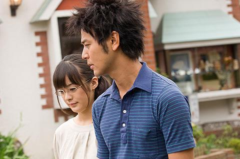 貫地谷しほりが、妻夫木聡の恋人役でシリアスに熱演!