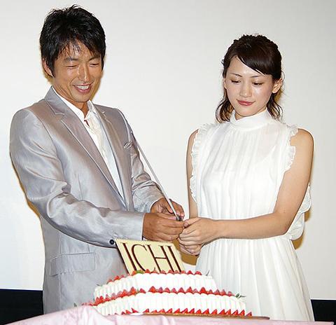 「大沢たかお 綾瀬はるか」のケーキカット