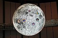 お台場・日本科学未来館の球体ディスプレイ「ジオコスモス」(宇宙から見た地球や月などを映し出す)。アポロ11、12、14、15、16、17号の各着陸地点を表示している