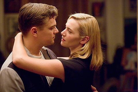 「タイタニック」のレオとケイトが夫婦に。新作ドラマの予告編公開