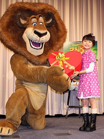 """大橋のぞみ、""""意中のライオン""""にチョコ贈呈!「マダガスカル2」試写会"""