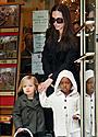アンジェリーナと娘たちがNYでお買い物、ブラピと息子たちはラスベガスへ