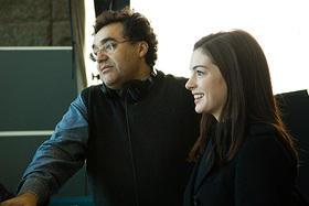 ラテンアメリカの監督同士のつながりは密接な様子 (撮影中のガルシア監督とハサウェイ)「パッセンジャーズ」