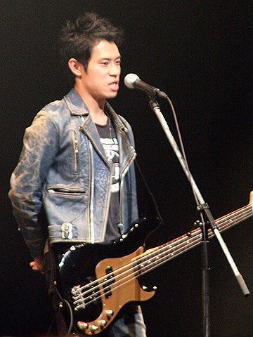 伊藤淳史、実弟の悲報に「天国にいる人にも伝われば…」と涙のライブ