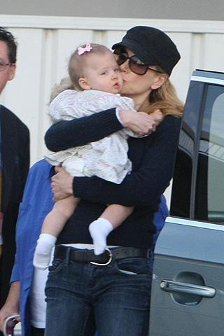 ニコール・キッドマンが愛娘にキス!豪華別荘で家族とイースター休暇