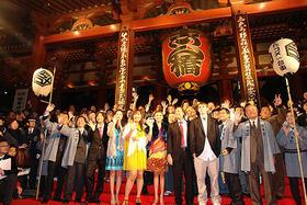 雷門の前で賑やかに勢ぞろい!(08年11月の第1回映画祭より)「劇場版 カンナさん大成功です!」