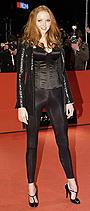 スーパーモデル、リリー・コールがゴシックホラーで美貌の吸血鬼に