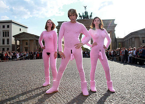 「ブルーノ」サシャ・バロン・コーエンの過激モヘアスーツにベルリンあ然!