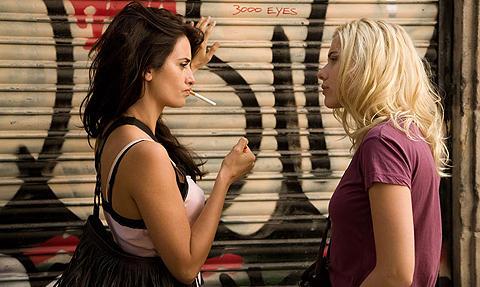 スカーレット・ヨハンソン、女同士のキスに質問集中し「バカみたい!」