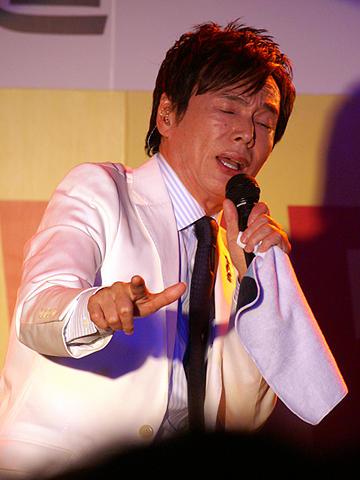 森進一、美女従え渋谷でセクシーダンス!新曲「ゆらぎ」発売記念イベント