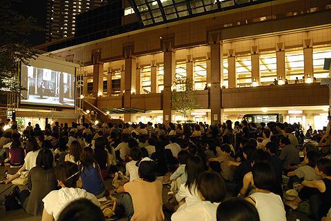 真夏の夜空の下で映画鑑賞!「スターライトシネマ2009」開催