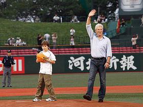 自慢の息子の投球にパパも鼻高々「HACHI 約束の犬」