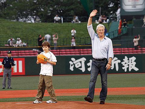 野球好きリチャード・ギアが始球式に参加。息子の投球にご満悦