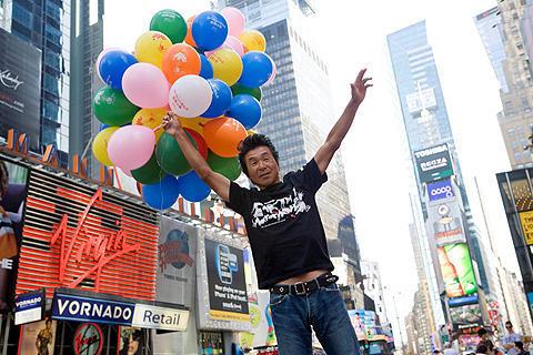 世界一周に挑戦中の間寛平、NYで「カールじいさん」試写会に出席