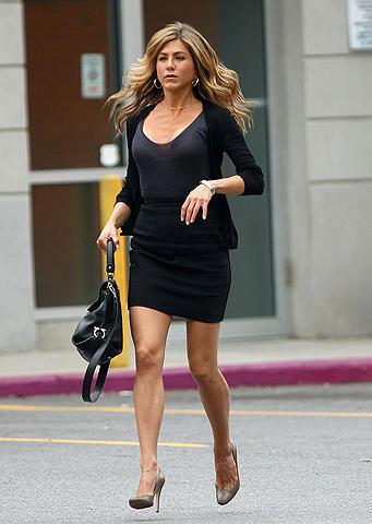40歳のジェニファー・アニストンがミニスカ姿でNYを走る
