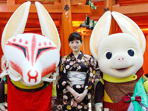 綾瀬はるか、京都ではんなり浴衣姿。「ホッタラケの島」ヒット祈願