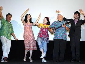 三線が奏でる沖縄民謡で、初日は音楽も大盛り上がり「真夏の夜の夢」