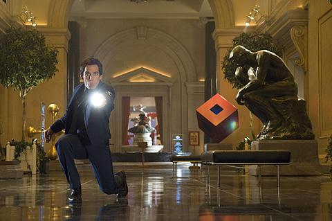 「ナイトミュージアム2」で、ページが崩壊する「飛び出す予告編」を配信