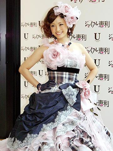 上戸彩がパートナー探し!?自身プロデュースのウェディングドレス姿を披露