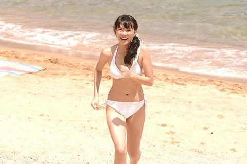 臼田あさ美のまぶしすぎる純白ビキニ。「色即ぜねれいしょん」で魅せた!