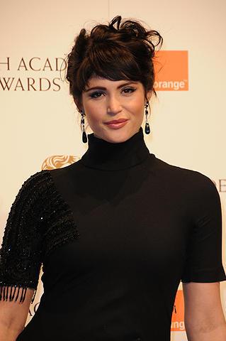 ボンドガールのジェマ・アータートンがフリアーズ監督の新作に主演