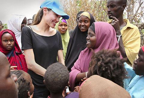 アンジェリーナ・ジョリーが、娘たちを連れてエチオピアを訪問