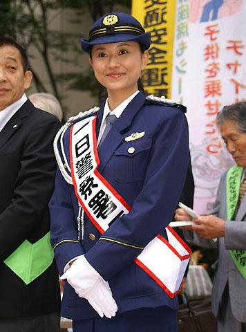 菊川怜「交通事故、0(怜)になって」。地元・埼玉の浦和署で一日警察署長