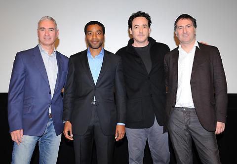 「2012」冒頭53分を特別上映!ジョン・キューザック「契約で、結末は言えない」