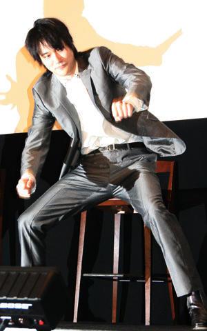 """松ケン""""忍""""ダンス披露にファン歓喜 「カムイ外伝」御礼舞台挨拶"""