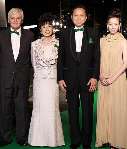 鳩山由紀夫首相、幸夫人同伴で威風堂々 第22回東京国際映画祭開幕