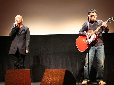竹中直人と奥田民生が初デュエットで劇中歌を熱唱