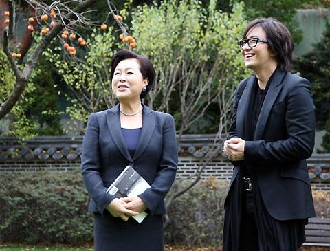 体調回復のペ・ヨンジュンが、キム・ユンオク大統領夫人と笑顔