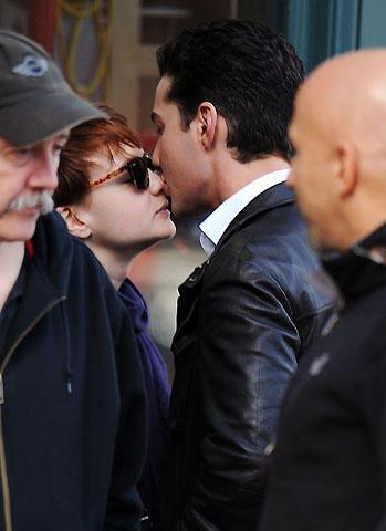 シャイア・ラブーフとキャリー・マリガンが「ウォール街2」撮影現場でキス!