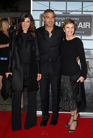 ジョージ・クルーニーが新作プレミアで恋人と母をエスコート
