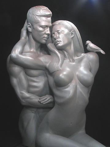 アンジェリーナ&ブラピが裸で抱き合う彫刻が登場
