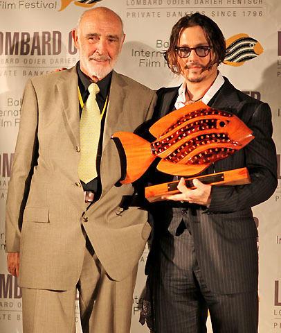 ジョニー・デップが功労賞を受賞 ショーン・コネリーが魚トロフィーを授与