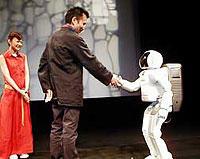 ASIMOと握手するりんたろう監督「メトロポリス(1926)」