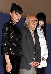 (左より)江角マキコ、 鈴木清順監督、 山口小夜子「ピストルオペラ」