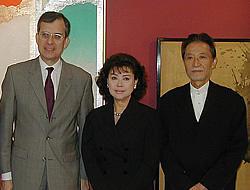 (左より)モーリス・グルドー=モンターニュ駐日仏大使、 岡田茉莉子、吉田喜重監督「鏡の女たち」