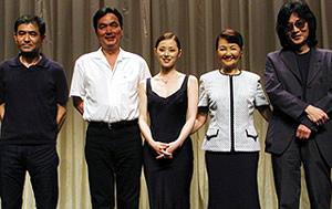 (左より)平山秀幸監督、長塚京三、大塚寧々、 雪村いづみ、藤田宜永