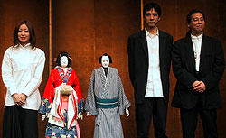 (左より)管野美穂、文楽人形の梅川と忠兵衛 西島秀俊、森昌行プロデューサー「Dolls(ドールズ)」