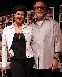 ニア・バルダロス(左)と製作のゲイリー・ゲッツマン「マイ・ビッグ・ファット・ウェディング」