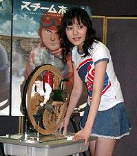 鈴木杏 (手前は劇中にも登場する一輪自走車の模型)「AKIRA」