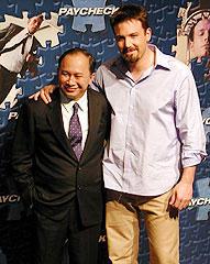 ジョン・ウー監督(左)とベン・アフレック「ペイチェック 消された記憶」