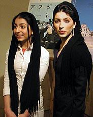 (左より)妹ハナと姉サミラのマフマルバフ姉妹「午後の五時」