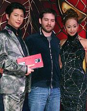 トビー・マグワイア(中央)と ゲストの及川光博、神田うの「スパイダーマン2」