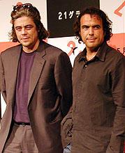 ベニチオ・デル・トロ(左)と アレハンドロ・ゴンサレス・イニャリトゥ監督「21グラム」