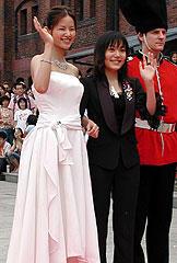 やんごとなきお姫様のような 小西真奈美(左)と鈴木杏「スチームボーイ」